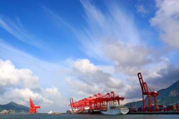 China lifts control on pricing of port competitive services
