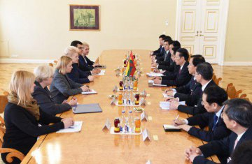 Chinese vice premier meets Lithuanian president on ties, cooperation