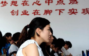 Xinhua Insight: Chinese grads delay job search amid tough market