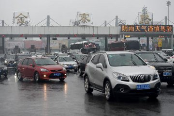 China Focus: Holiday traffic renews calls for paid leave