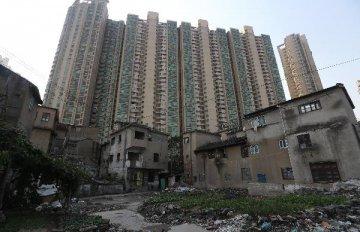 Premier urges meeting deadline of shanty town renovation