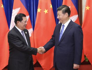 """Chinese president meets Cambodian PM, eying for """"unbreakable"""" community"""