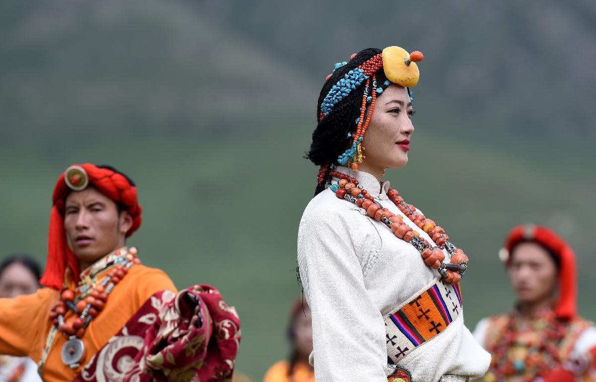 China-Qinghai-Yushu-traditional costumes-fashion show ...