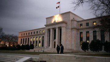 Fed officials divided on pace of rate hikes