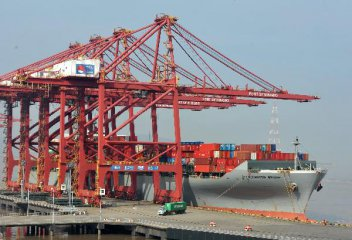 China reduces port charges for shipping firms