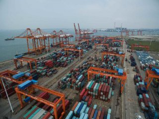 Chinas trade surplus narrows 21.8 pct in Q1