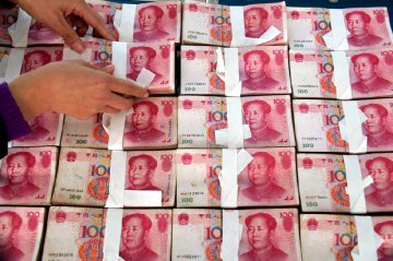 RMB's exchange rate declines for three consecutive days