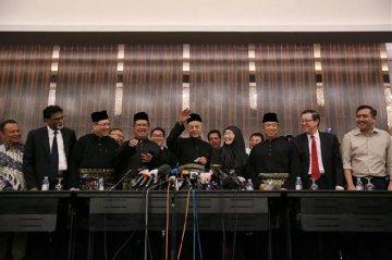 92-year-old Mahathir sworn in as Malaysian PM
