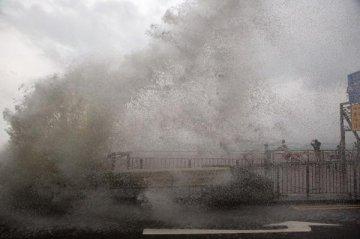 Typhoon to make landfall in southern China