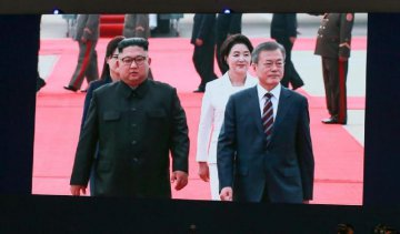 DPRK leader greets S.Korean president at airport
