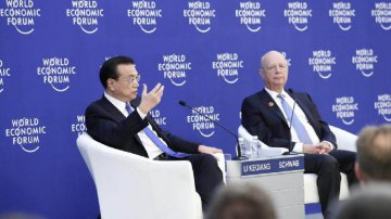 Premier Li holds dialogue with representatives attending Summer Davos