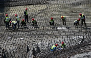 China able to cope with economic challenges: experts