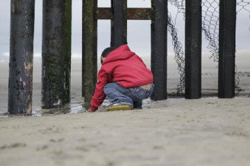 Trump insists on building border wall amid government shutdown