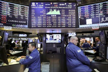 U.S. stocks suffer worst year since 2008, volatility to continue