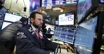 ​U.S. stocks nosedive amid Apples revenue forecast, economic data