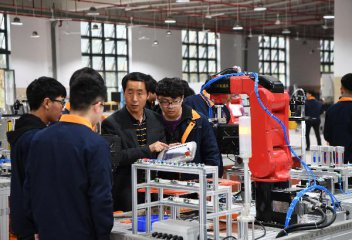 Chinas Slowdown Hits Employment Even as Recovery Signs Emerge