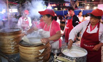 Nighttime economy fuels Beijings consumption during May Day holiday