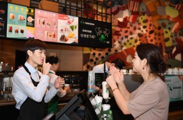 """Starbucks opens """"silent cafe"""" in Guangzhou"""