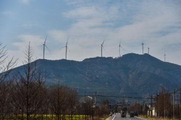 China speeds up clean energy development